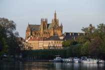 France, Lorraine, Metz, Cathedral of St Etienne by the river view — Stock Photo