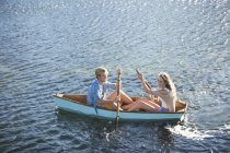 Young couple in a rowing boat on a lake — Stock Photo