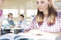 Разом навчання студентів в університетська бібліотека — стокове фото