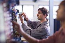 Elektriker arbeitet mit Maschinen in Innenräumen — Stockfoto