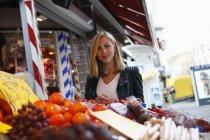 Портрет блондинка улыбается женщина на еженедельный рынок — стоковое фото