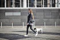 Mulher passeando seu cão — Fotografia de Stock