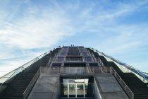 Германия, Гамбург, лестница в офисном здании Dockland против неба — стоковое фото