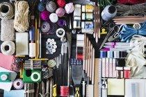 Arreglo de herramientas y materiales de manualidades - foto de stock