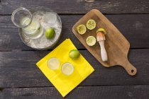 Vista superior de la preparación de limonada de limón casera - foto de stock