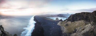Islandia, Playa cerca de Dyrholaey, Panorama de roca y mar - foto de stock