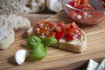 Cerca de bruschetta fresca con ingredientes de tajadera - foto de stock