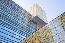 Países Bajos, Rotterdam, vista a la Universidad InHolland durante el día - foto de stock