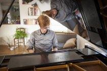 Портрет людина грає рояль — стокове фото