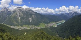 Italy, Dolomites, Auronzo di Cadore, the lake and the village with mountain range — Stock Photo