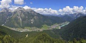 Италия, Доломиты, Ауронцо ди Кадоре, озеро и деревней с горный хребет — стоковое фото