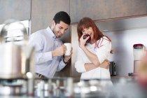 Coppia felice in cucina con mela e tazza di caffè — Foto stock