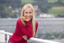 Retrato de menina adolescente sorridente vestindo pulôver vermelho — Fotografia de Stock
