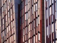 Vista exterior de oficinas modernos detalles en luz del día, Hafencity, Hamburgo, Alemania - foto de stock