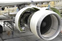 Moteur à réaction d'un avion inachevé dans un hangar — Photo de stock