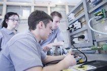 Учнями беруть в електроніці професійно-технічне училище — стокове фото