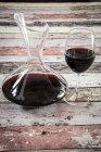 Dekanter und Glas Rotwein — Stockfoto