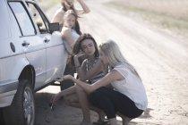 Friends on a road trip having a car breakdown — Stock Photo