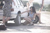 Друзья на поездку после поломки автомобилей — стоковое фото
