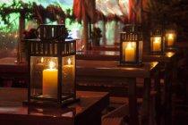 Німеччина, Дюссельдорф, буря лампи на столах вночі — стокове фото