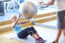 Frau mit Gymnastikball in der Sporthalle — Stockfoto
