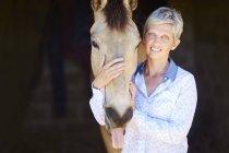 Портрет усміхається жінка з коня — стокове фото