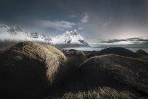 Исландия, Стокснесе, пляж с горный хребет — стоковое фото