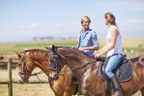 Молодая пара, езда в сельской местности — стоковое фото