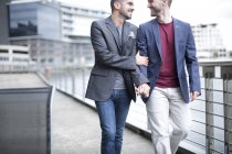 Гей-пара ходьба разом — стокове фото