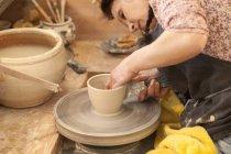 Potter в майстерні на гончарів колеса робочі — стокове фото