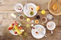 Vue de dessus des restes du petit déjeuner sur la table en bois — Photo de stock
