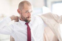 Портрет мужчины, положив на куртке — стоковое фото