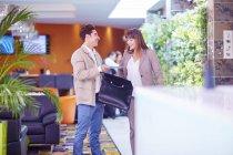 Бизнесмен, предприниматель, в лобби отеля — стоковое фото