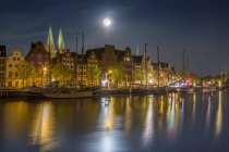 Historic buildings at the Trave river at night, Luebeck, Germany — Stock Photo