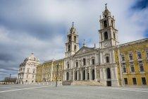 Portugal, Mafra, Palacio Nacional de Mafra during daytime — Photo de stock