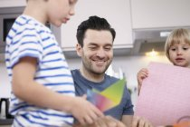 Père de bricoler dans la cuisine avec des fils et une fille — Photo de stock