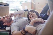 Coppia traslochi, sdraiati a fare una pausa — Foto stock