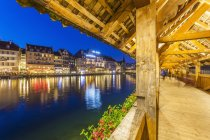 Switzerland, Canton of Lucerne, Lucerne, Old town, Reuss river, Chapel bridge in the evening — Stock Photo
