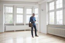 Чоловік дивиться в порожній квартири — стокове фото