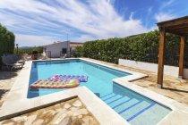 Spagna, Andalusia, Finca e piscina con lettini — Foto stock
