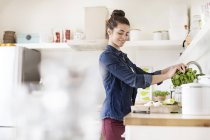 Junge Frau in Küche — Stockfoto