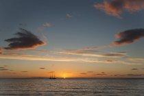 Islande, Baie de Kirkjufell, Voilier au coucher du soleil — Photo de stock