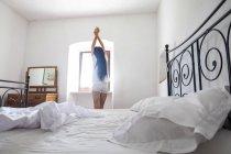 Молодая привлекательная женщина в спальне — стоковое фото
