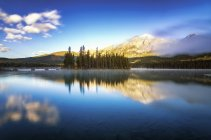 Canada, Jasper National Park, Jasper, Pyramid Mountain, Pyramid Lake le matin — Photo de stock