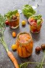 Ферментированные помидоры и морковь в консервной банке — стоковое фото