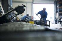 Métallurgiste classer l'acier en atelier — Photo de stock