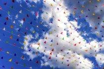 Bandierine colorate contro un cielo blu durante il giorno — Foto stock