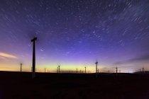 Scotland, Dunbar, wind park under starry sky — Stock Photo