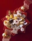 Selección de varias galletas de Navidad en placa - foto de stock
