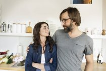 Smiling couple in kitchen at daytime — Stock Photo